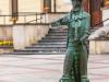 01-pomnik-chrzaszcza-w-szczebrzeszynie-pomnik-odsloniety-w-lipcu-2011-r-znajduje-sie-na-rynku-przed-ratuszem-autorem-2-metrowego-odlanego-w-brazie-pomnika-jest-zygmunt-jarmul